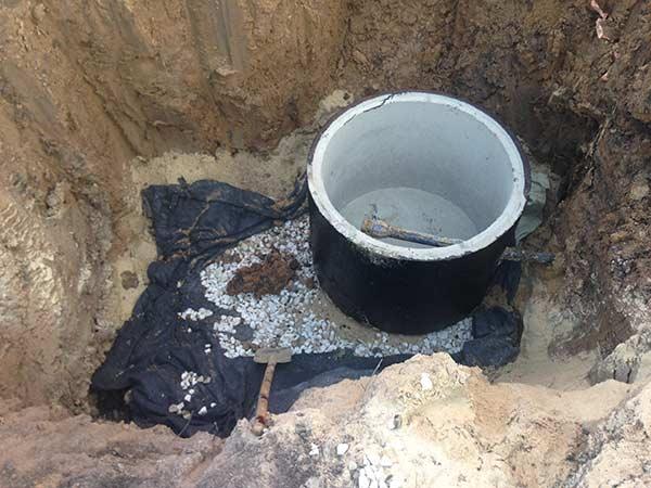 котлован-под-колодец-водопровода-в-поселке