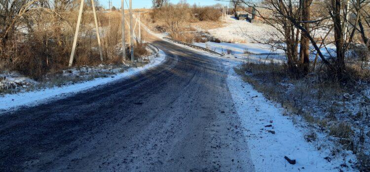 На подъезде к поселку, по деревне Жерновка, дорогу отсыпали асфальтовой крошкой.